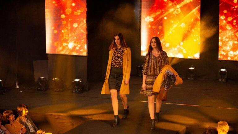 Models auf Laufsteg bei Modenschau mit LED-Leinwand und Lichttechnik sowie Buehnenspots
