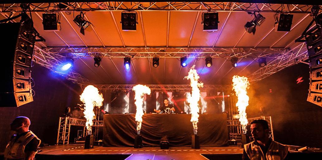 Lichtshow auf Buehne mit Spezialeffekten bei Musikfestival