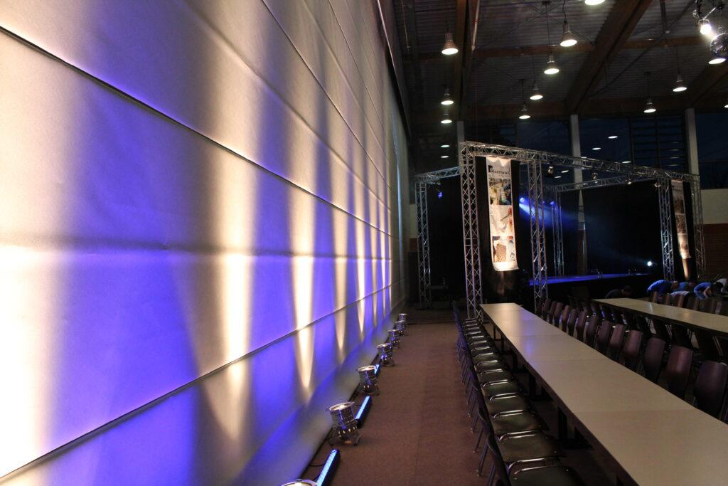 Buehne bei Firmenfeier, Firmenevent, blaue Beleuchtung mit großem Traversengestell