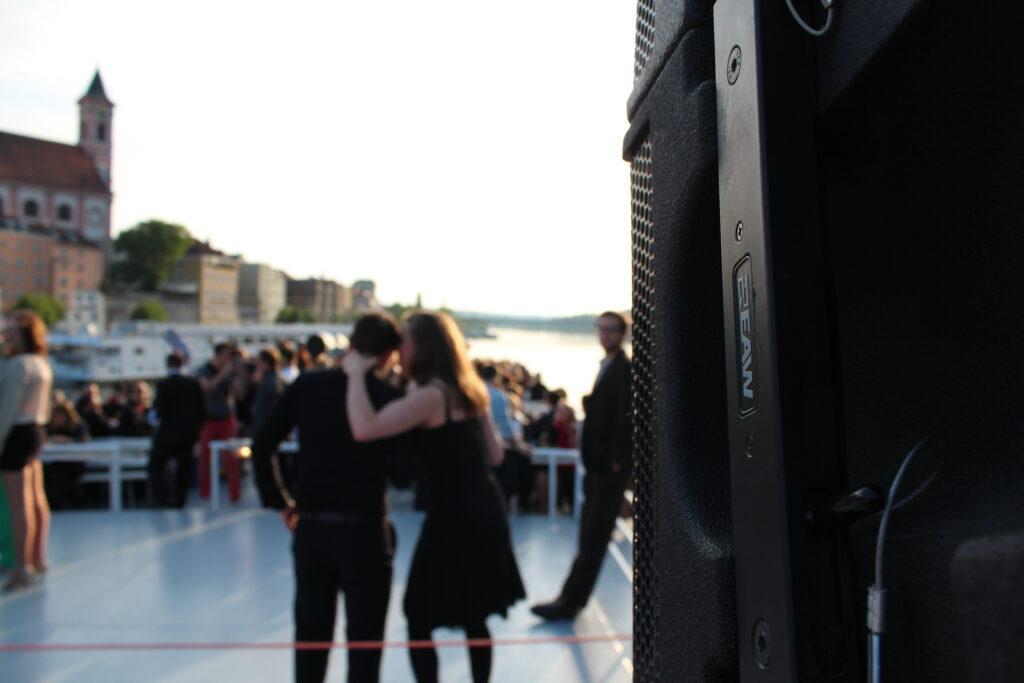 Lautsprecher auf Kreuzfahrtschiff. Gala-Event auf der Donau.