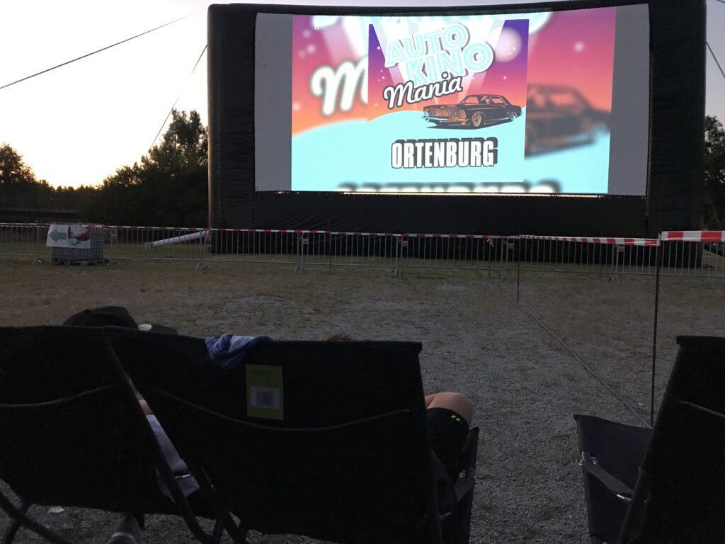 Liegestühle vor Airscreenleinwand bei Openair-Kino in Bayern